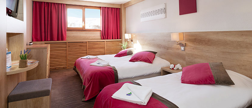 france_les-2-alpes_hotel_club_le_panorama_bedroom.jpg
